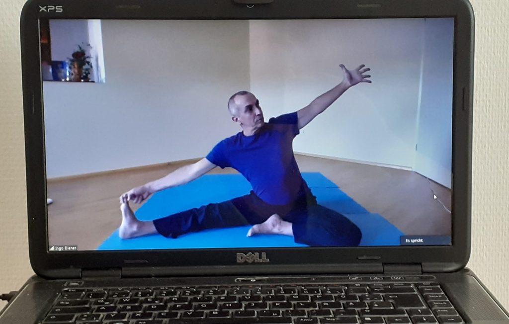 Yoga live und online im Yoga-Livestream mit Ingo